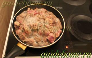 Как пожарить говядину на сковороде с луком